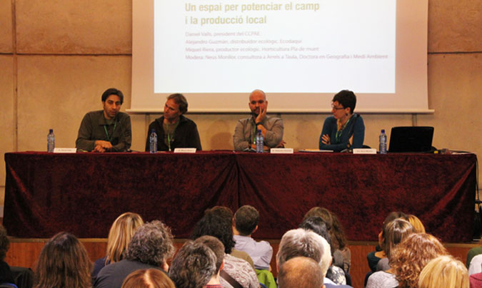 <b>Daniel Valls</b> (CCPAE), <b>Miquel Riera</b> (Horticultura Pla de Munt), <b>Alejandro Guzmán</b> (Ecodaqui) y <b>Neus Monllor</b> (<i>Arrels a Taula</i>). ©Rest_colectiva.
