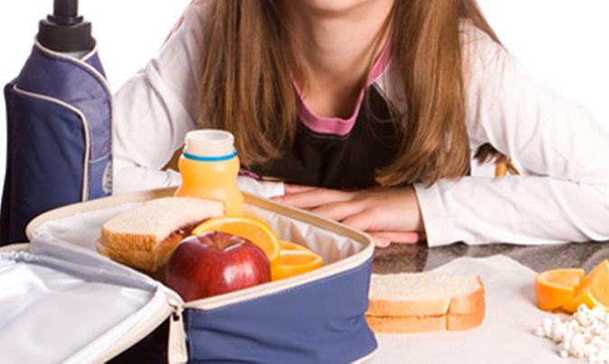 Las bacterias y los aditivos, riesgos de las fiambreras en el comedor escolar