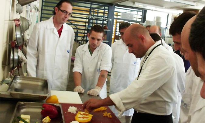 El chef de Vinarós enseñando alguno de los aspectos básicos a la hora de manipular alimentos.