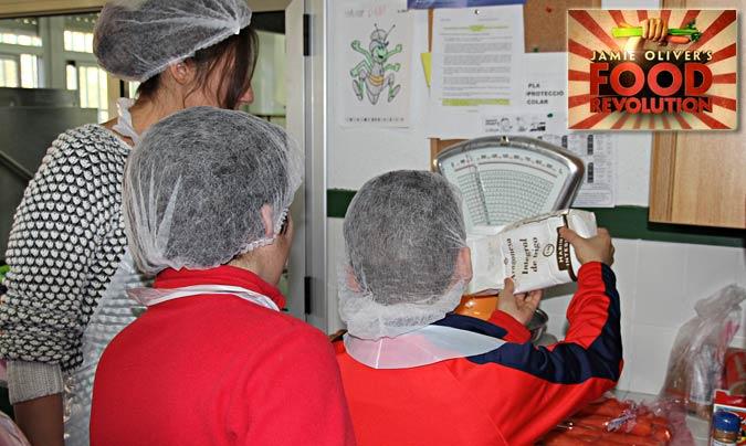 Taller celebrado en el CEIP 'El Molí' de Torrent (Valencia). Para <b>Jamie Oliver</b> es vital que los niños/as aprendan a cocinar para aprender a comer y conseguir un cambio en la alimentación.