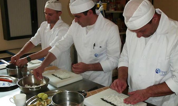 En la clase de <i>sushi</i> cada alumno realizó dos <i>rolls</i>: uno de langostinos en tempura y un <i>California roll</i>.