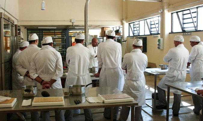 Los talleres de cocina duran 8 horas e incluyen una parte teórica, demostraciones por parte del profesor y la clase práctica.