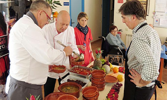 <b>Mathias Schickhoff</b>, chef ejecutivo de 'Apetito' (izquierda) fue el encargado, con parte de su equipo en España, de llevar a cabo la jornada de dinamización para los residentes. ©Rest_colectiva.