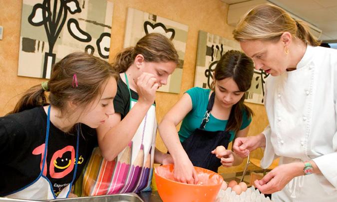 Eulàlia Fargas imparte la mayoría de sus talleres para niños y adolescentes, en el aula del mercado de la Boqueria de Barcelona. También los imparte en algunos comedores escolares.