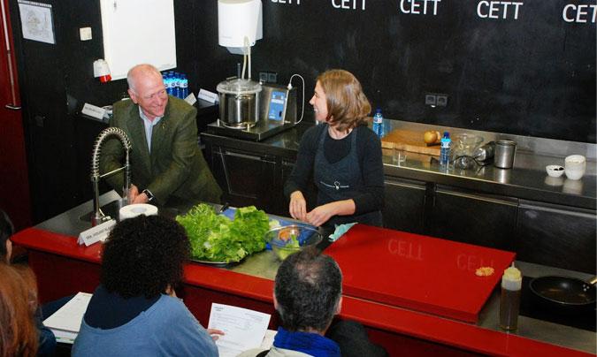 La presentación de la guía contó con la participación de <b>Carles Gaig</b> y <b>Ada Parellada</b>, quienes 'escenificaron' las malas prácticas que se deben desterrar de las cocinas. ©CETT.