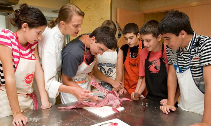 Provocando multitud de sensaciones… la mayoría agradables otras quizás un poco 'repulsivas' para los alumnos. Es necesario mostrar seguridad y conocimiento hacia la cocina y los alimentos.