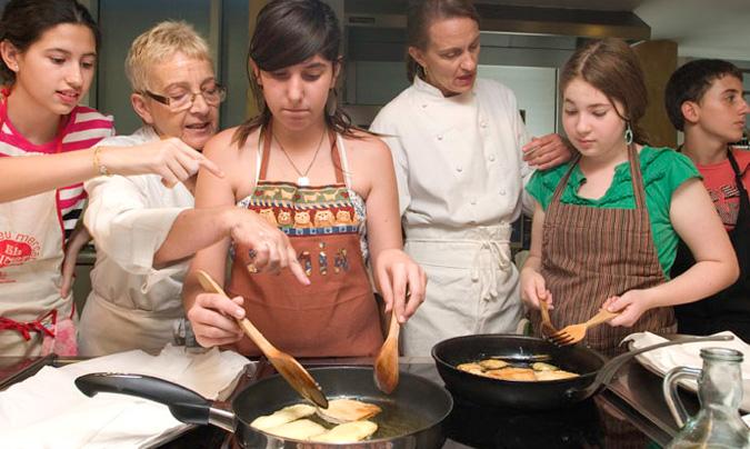 En los talleres se busca que todos los participantes encuentren placer en la comida y en el cocinar. Los alumnos preparan, elaboran y se comen todo lo que han cocinado…