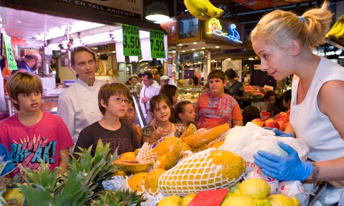 Los niños que acuden a los talleres se familiarizan con todo el proceso: desde la compra en el mercado hasta que llega el plato cocinado a la mesa.
