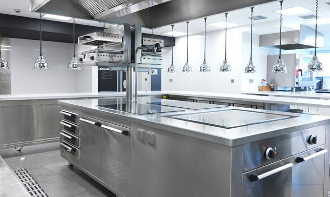 Dependiendo del servicio, los criterios para hacer una instalación u otra pueden variar mucho. Nunca será igual la cocina de una gran colectividad que la de un restaurante a la carta. © Fagor Industrial.