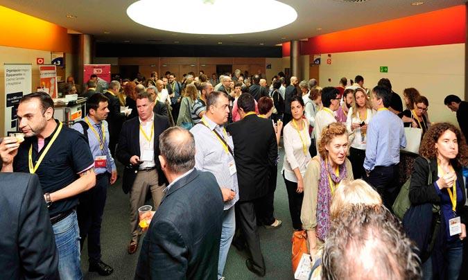 Congresistas en el exterior de las salas de conferencias. ©Paco_Deogracias.