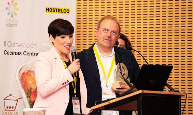 <b>Mª José Antoni</b> y <b>Félix Segarra</b> de Cuinatur, tras recoger el premio <i>Innovanta</i> de manos de <b>Sandra Pérez</b> de Brita. ©Paco_Deogracias.