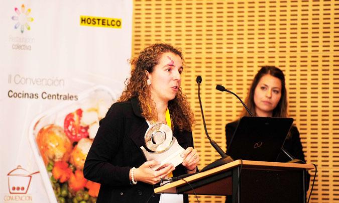 <b>Ester Mata</b> de Projecte Hàbits, tras recoger el premio <i>Innovanta</i> de manos de <b>Erlea Holgado</b> de Alfa. ©Paco_Deogracias.