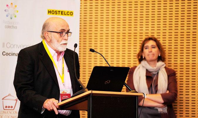 <b>Jesús Pagán</b> de Foodtopía, tras recoger el premio <i>Innovanta</i> de manos de <b>Mandy Sánchez</b> de Grup Serhs. ©Paco_Deogracias.