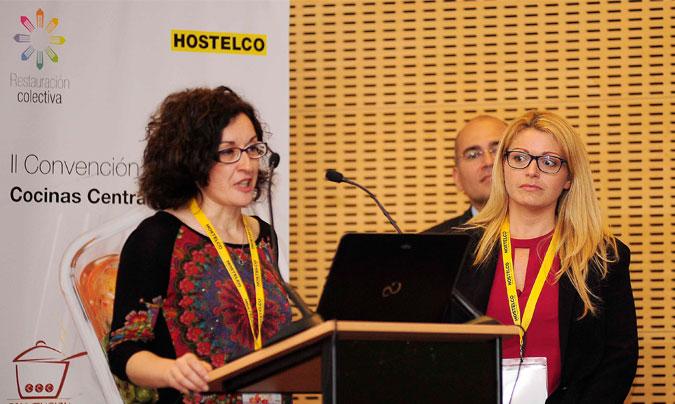 <b>Ana Vaquero</b> y <b>Inmaculada González</b> de la cocina central de Málaga de Serunión, tras recoger el premio <i>Excel 45</i> de manos de <b>Ramiro Pelayo</b> de OneWorld Packaging. ©Paco_Deogracias.