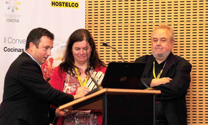 <b>José Antonio Setién</b> y <b>Almudena Ordóñez</b> de Catering Depersonas, tras recoger el premio <i>Excel 45</i> de manos de <b>Norberto Navarro</b>, presidente de Asociación de Restaurantes Sostenibles. ©Paco_Deogracias.