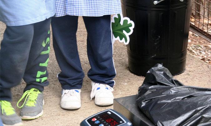 En la iniciativa <i>'Pesa y piensa'</i>, los escolares pesan los residuos generados en el comedor para tomar consciencia de todo lo que se desperdicia. ©Campos_Estela.