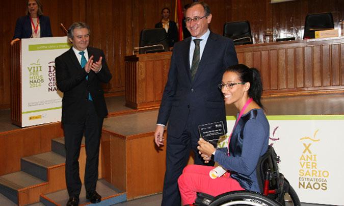 <b>Teresa Perales</b> (la deportista paralímpica que más medallas olímpicas tiene) en el momento de recoger el reconocimiento especial que le otorgaron, junto al proyecto Predimed. ©Aecosan.