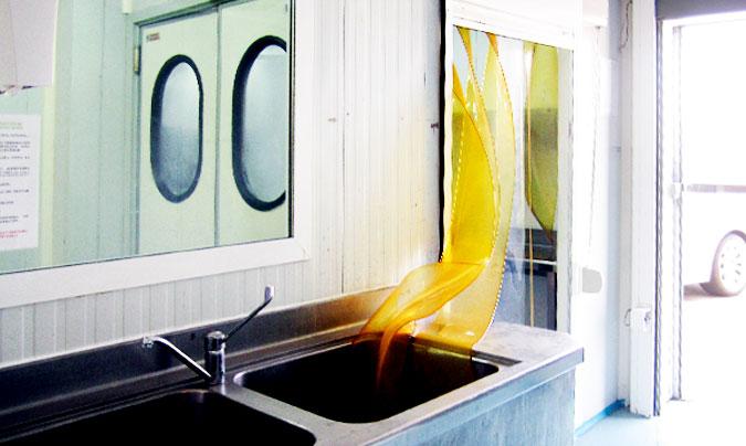Dispone de varias salas de preparación, cocina para elaborar, dos trenes de lavado y dos montacargas.