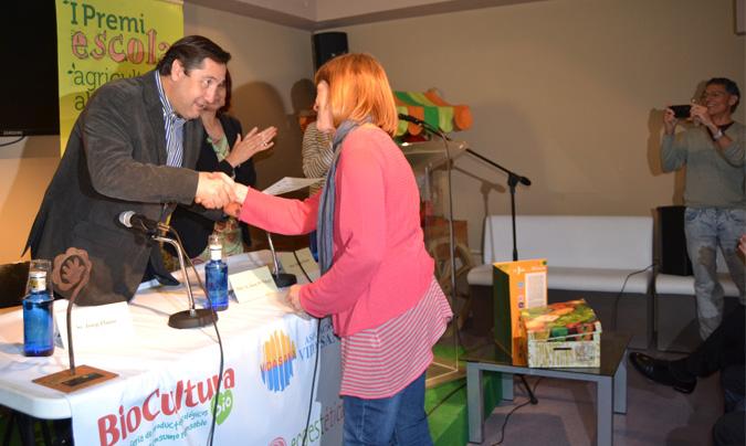 El <i>conseller</i> <b>Josep Maria Pelegrí</b>, entregando el premio <i>Escola, Agricultura i Alimentació Ecològica</i> a la escuela 'Matagalls' de Santa Maria de Palautordera (Barcelona). ©DAAM