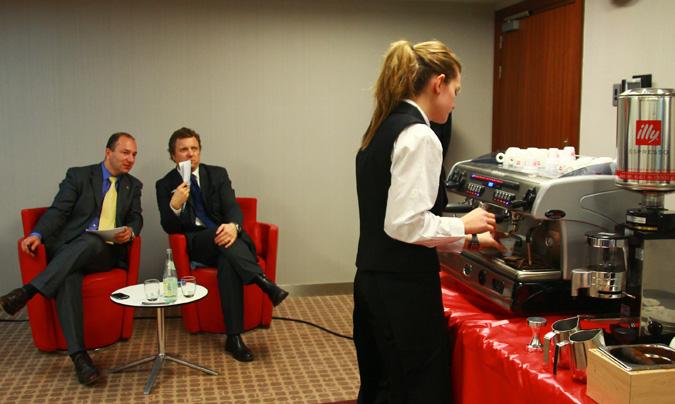 Los alumnos han demostrado sus dotes y aptitudes preparando dos <i>espressos</i> y dos <i>cappuccinos</i> en un tiempo de 10 minutos. ©Rest_colectiva
