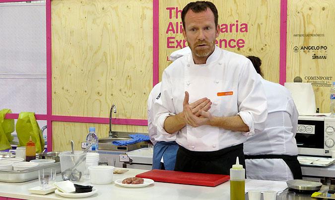 Showcooking_2. Marc Puig-Pey de Fundació Alícia ha sido el encargado de dirigir el taller de la cocina del triturado.