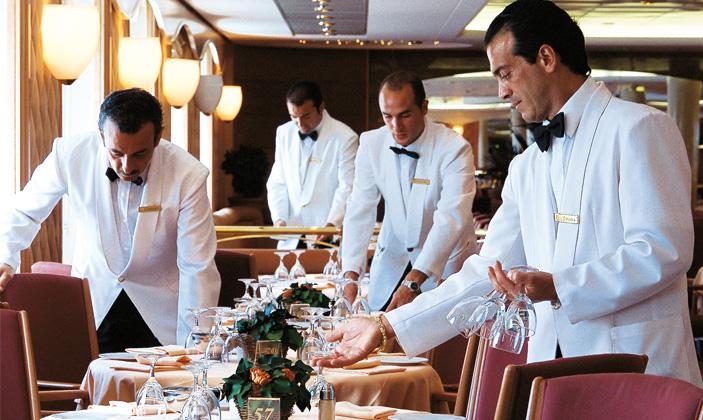 Camareros de un crucero de MSC preparando el servicio. © MSC