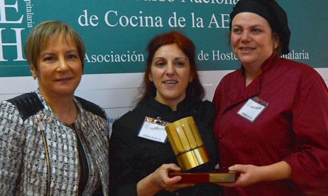 La pareja ganadora del primer premio (Montserrat Prieto y M. Teresa Domínguez), tras recoger su galardón de manos de M. Luz de los Martínez. ©AEHH.