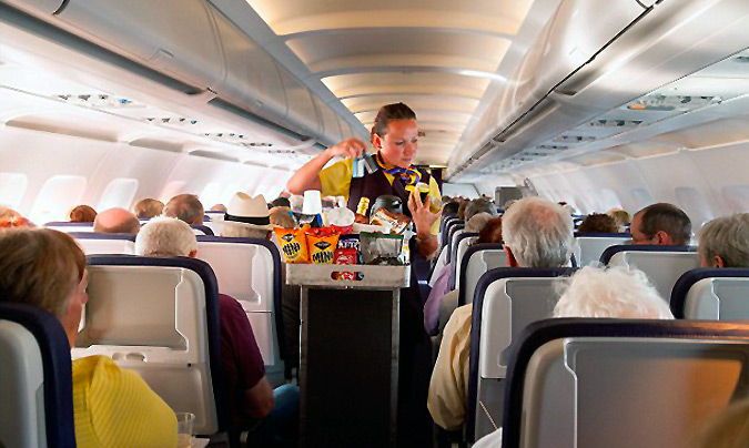 Picar algo a bordo en una aerolínea low cost puede salir un 525% más caro que en tierra