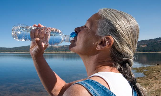 Según <b>Naiara Fernández</b>, es aconsejable beber unos ocho vasos de agua al día, o de líquido, por lo que se puede emplear también algún zumo o sopa. © Fotolia