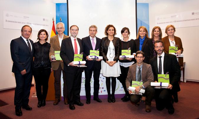 La nueva ministra de Sanidad, Servicios Sociales e Igualdad, <b>Dolors Montserrat</b>, rodeada de todos los premiados.