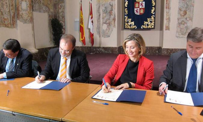 Fernando Rey (segundo por la izquierda) y Alicia García, en el momento de firmar el convenio. ©EuropaPress.