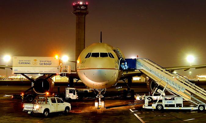 Vista de un avión de Saudia Airlines, en el momento de cargar todo el producto del catering. ©Saudia Catering