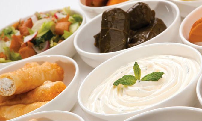 La cocina árabe, la cocina occidental, un plato del país de destino y una opción vegetariana conforman las opciones de menú de la clase <i>business</i> y turista. ©Saudia Catering