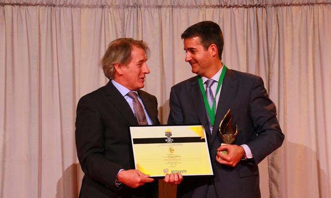 <b>Javier Román</b>, director general de Grupo Clece para España y Portugal, recogió el premio <i>Hot Concept</i> a la restauración colectiva. Le entregó el galardón <b>Rafael Andrés</b>, presidente de Amer. ©Rest_colectiva