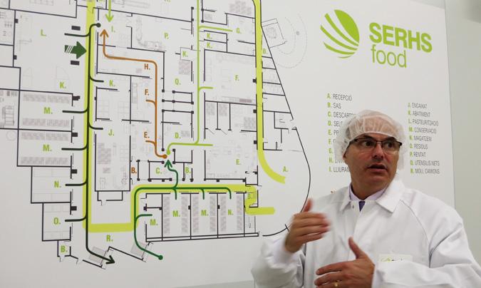 Raimon Bagó, director general de Serhs Food, explicando la estructura de la nueva cocina de alto rendimiento ante el plano de la planta.