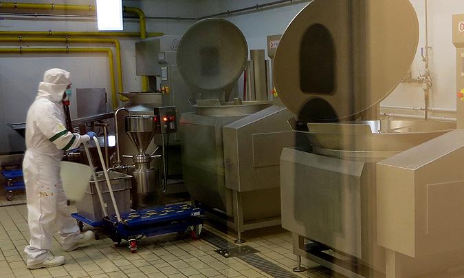 Zona de marmitas. Todas las zonas de la cocina tienen una parte acristalada para que se puedan visitar sin que se interfiera en los procesos ni se arriesgue la seguridad alimentaria.