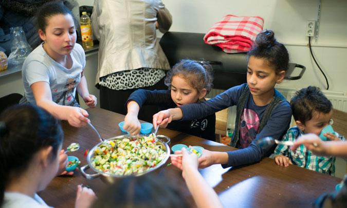 Las clases de cocina saludable, incluyendo platos de diferentes culturas, son una de las medidas que se han implantado en los colegios. ©Graeme Robertson_TheGuardian.