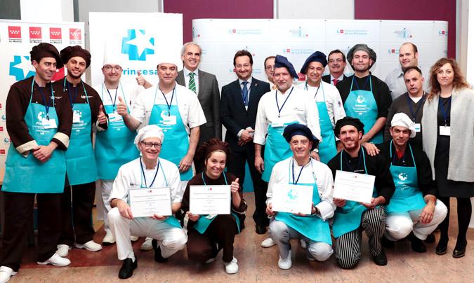 Foto de familia de los concursantes y organizadores del certamen con el consejero de Sanidad de la Comunidad de Madrid, Enrique Ruiz Escudero. ©Hosp_Princesa.