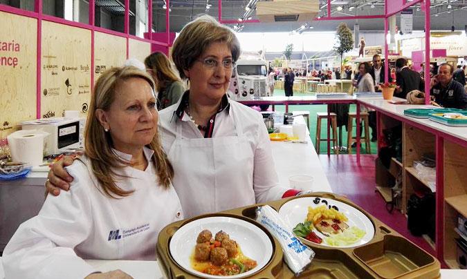 Imagen de uno de los talleres celebrados el año pasado en Alimentaria; concretamente del de los menús pediátricos hospitalarios que fue conducido por Soledad Parrado (derecha) y Josefina Manceñido (izquierda) del Caule de León.