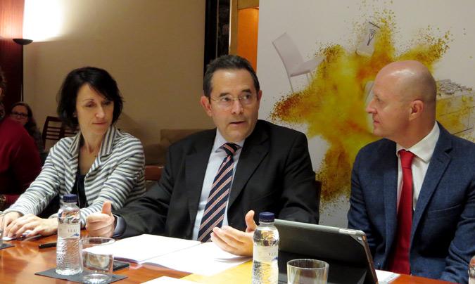 De izquierda a derecha: Elisabet Pagés, responsable de Comunicación y Marketing de Hostelco; Gonzalo Sanz, director del salón y director adjunto de Negocio Propio de Fira Barcelona; y Rafael Olmos, presidente de Hostelco.