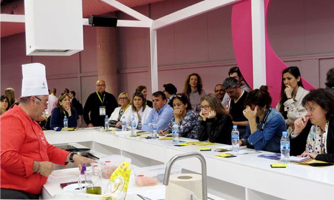 Francesc González (consultor y cocinero de TCT45), en la demostración que giraba entorno a las dietas especiales desde el punto de vista de la operativa en cocina. @Rest_colectiva.