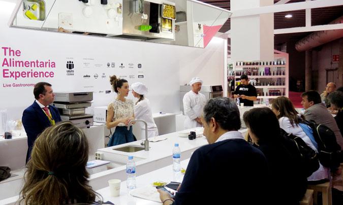 Miriam Ubach y Toni Luna (ambos de Arcasa), guiaron la demostración sobre las 'Diferencias culturales en la concepción del menú: soluciones 'in situ' y soluciones de quinta gama'. ©Rest_colectiva.