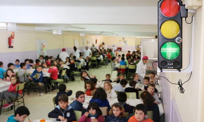 Sobre estas líneas, el semáforo del ruido situado en el comedor escolar del Arias Montano de Badajoz (©La Crónica de Badajoz). La foto de la portada de sección corresponde al colegio Kanpazar de Portugalete (©Diario Vasco).