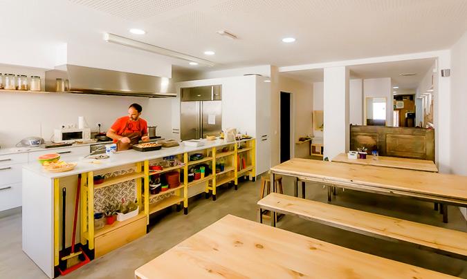 La cocina está situada en el espacio de comedor de los más pequeños. ©Ca_la_Rosa.
