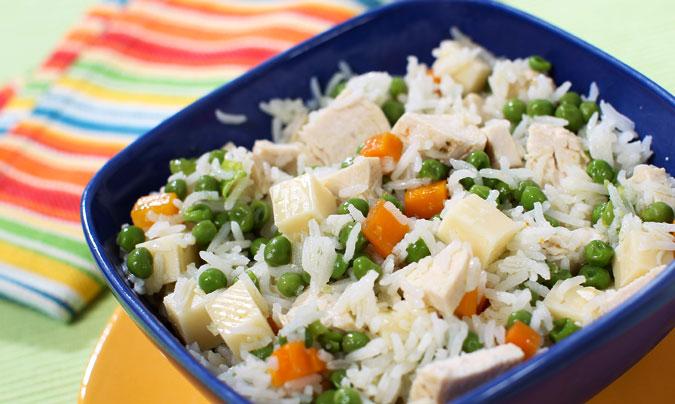 Ensalada de arroz con pollo y porción de queso Kiri para las cenas de la 'vuelta al cole'