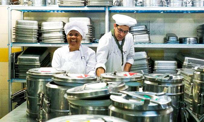 Trabajadores de 'Manantial integra hostelería' en la cocina central. ©Fundación_Manantial.