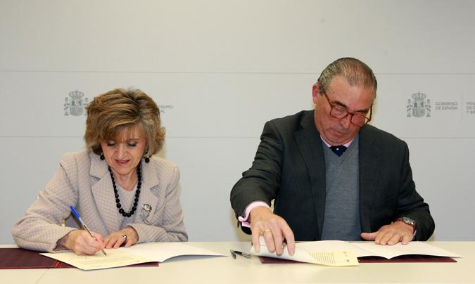 La ministra María Luisa Carcedo  y el secretario general de Feadrs, Javier Arenillas, en el momento de la firma.