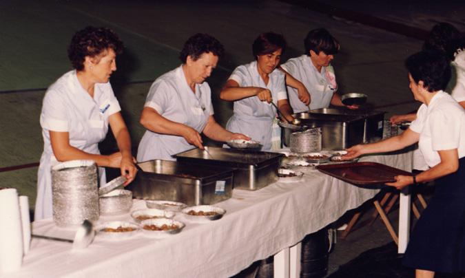 Preparadas para servir la comida en un gran evento organizado en el velódromo.