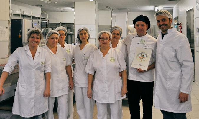 Equipo de cocina mostrando el certificado como establecimiento colaborador del 'Plan Nacional de Residuos'. ©BioBio.