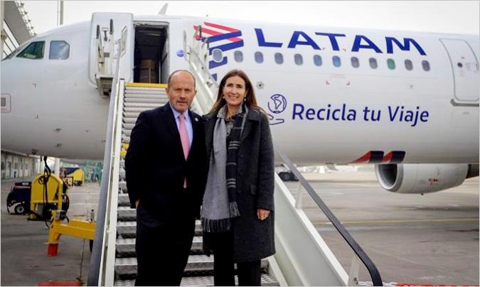 Ignacio Cueto, presidente de Latam Airlines Group, junto a Carolina Schmidt, ministra del Medio Ambiente de Chile.